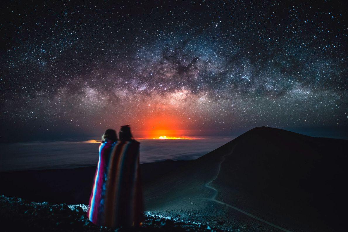 Espectadores no topo do Mauna Kea observam as estrelas e o brilho da erupção do Kilauea ...