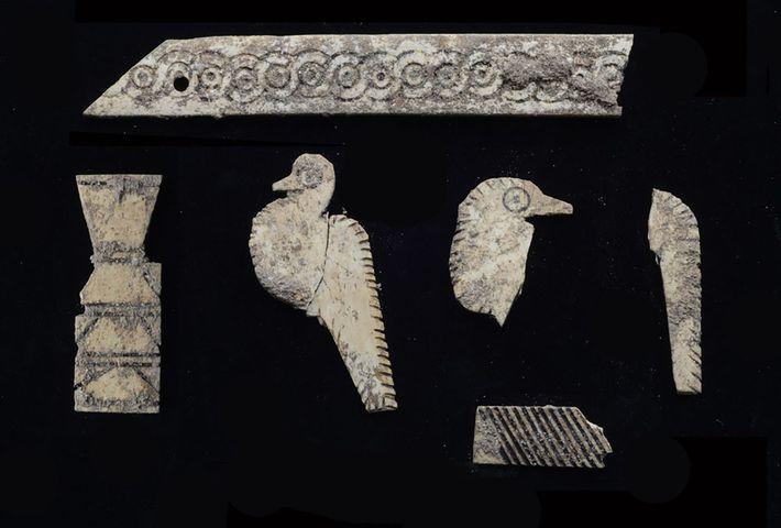 Várias placas de marfim esculpidas encontradas na tumba que uma vez cobriram uma caixa de madeira ...