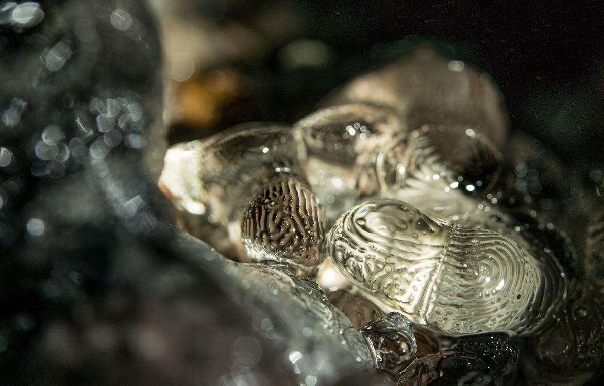 A água que derrete do teto da Caverna de Fenda escorre até o chão, onde recongela ...