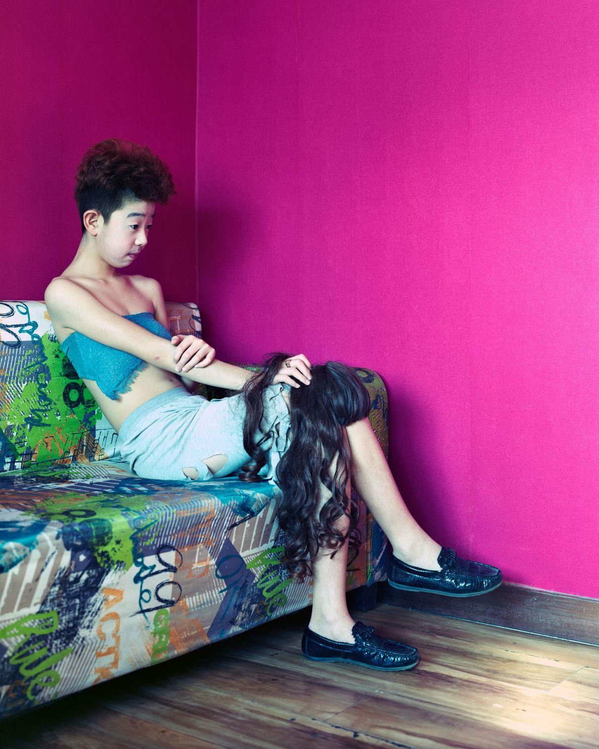 Lin Zi, de 14 anos, senta-se em uma cafeteria onde celebridades da Internet fazem apresentações de ...