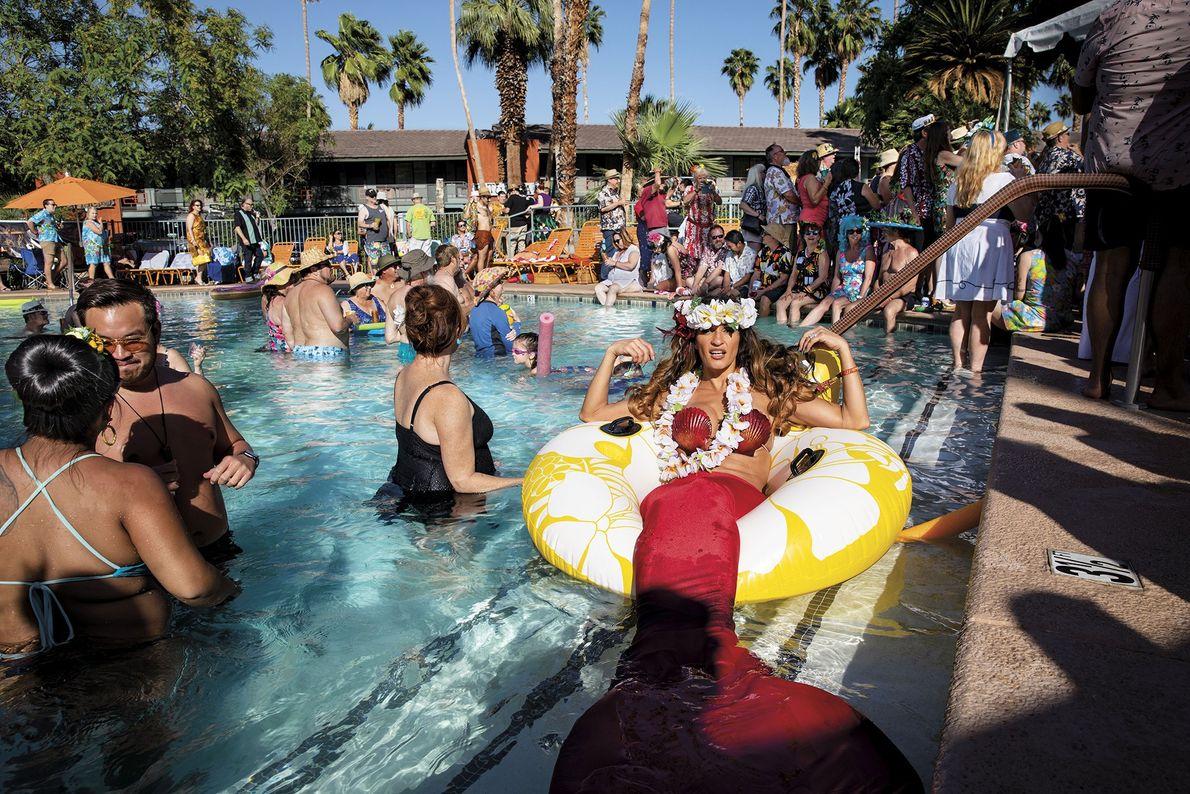 Festa na piscina do Resort Caliente Tropics em Palm Springs, Califórnia, durante o evento Tiki Caliente ...