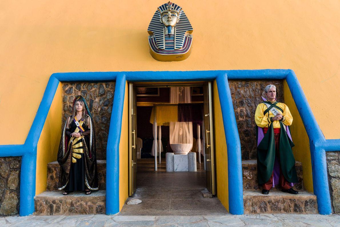 Dois seguidores do Vale do Amanhecer – vestidos em roupas de ninfa e de príncipe maia ...