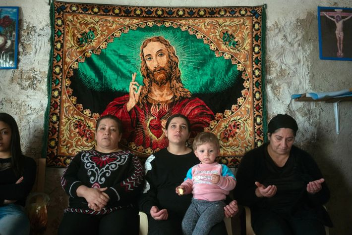 Cristãos iraquianos rezam dentro do monastério Al Saleeb em Qaraqosh.