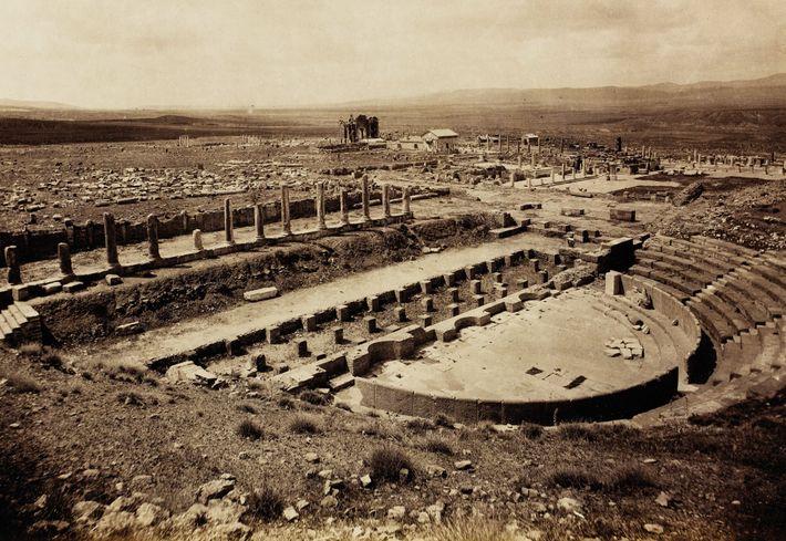 O teatro de Tamugadi foi construído no século 2 d.C. Retratado nesta foto de 1893, uma ...