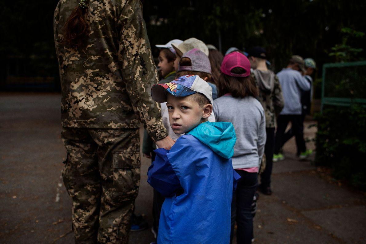 Um instrutor voluntário conduz o grupo de jovens no LIDER, um acampamento de verão para crianças ...