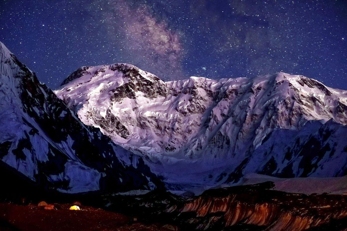 Pico Jengish Chokusu (também conhecido como Pico da Vitória ou Pico Pobeda, com 7.349 metros) é ...