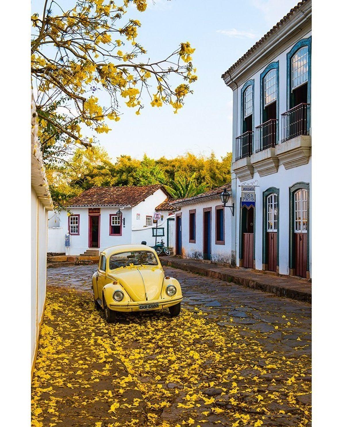 O amarelo toma conta de Tiradentes, em Minas Gerais.