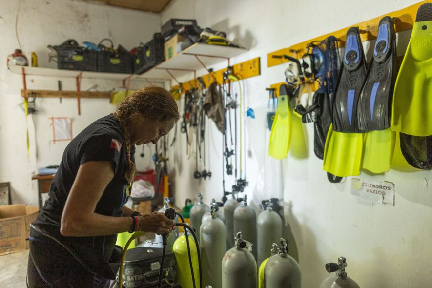 Beatrice se prepara para mais um dia de campo na sala de equipamentos do Centro Nacional ...