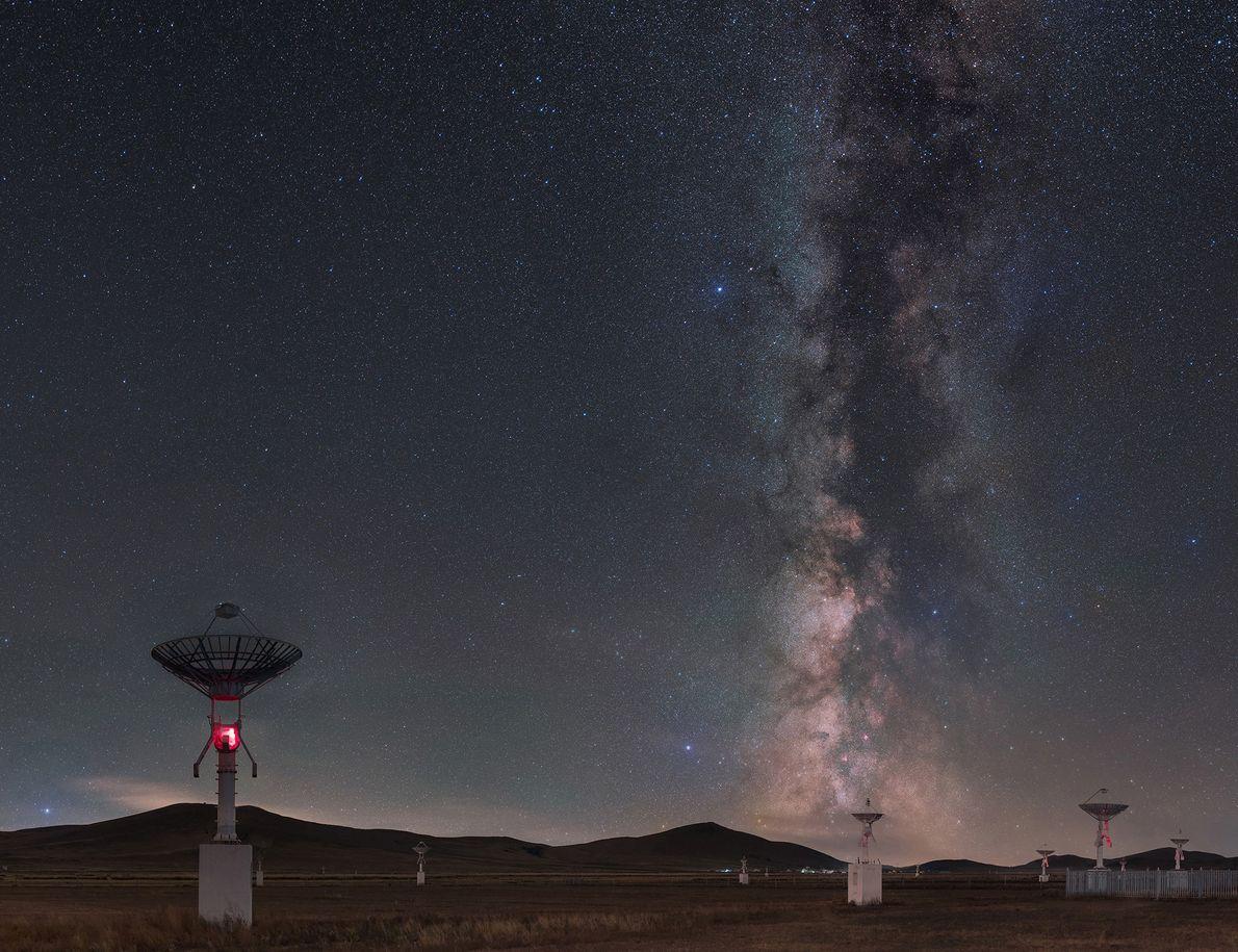 Feita de 20 fotos separadas, esta imagem mostra a Via Láctea em contraste com um campo ...