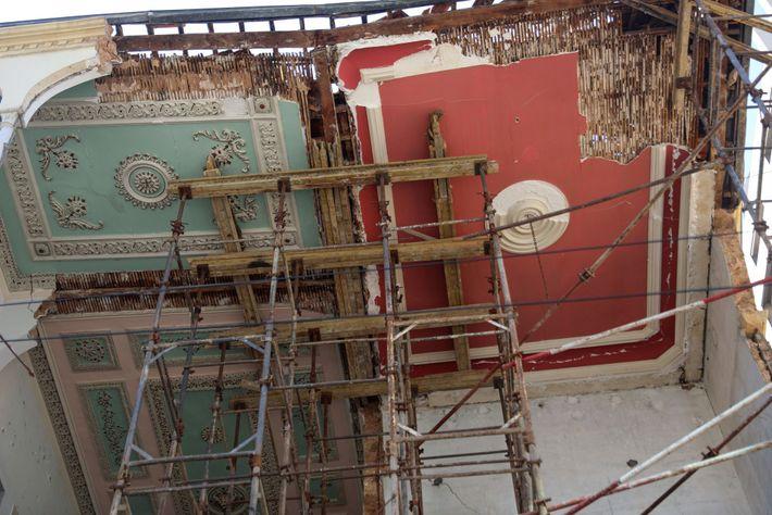 Andaimes sustentam o teto fraturado de uma tradicional casa libanesa em Beirute.