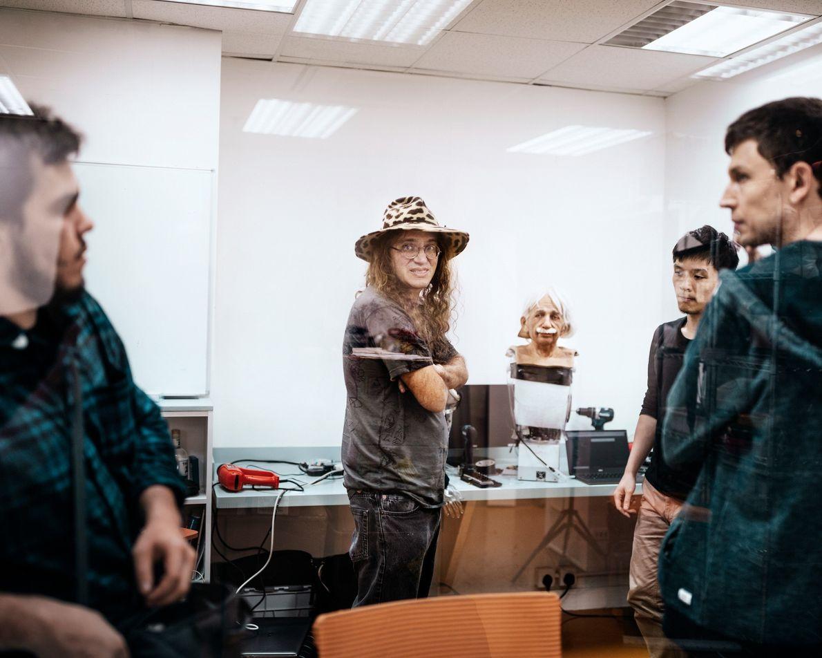 Bem Goertzel, um dos especialistas mundiais em inteligência artificial geral, visita o laboratório da Hanson Robotics ...