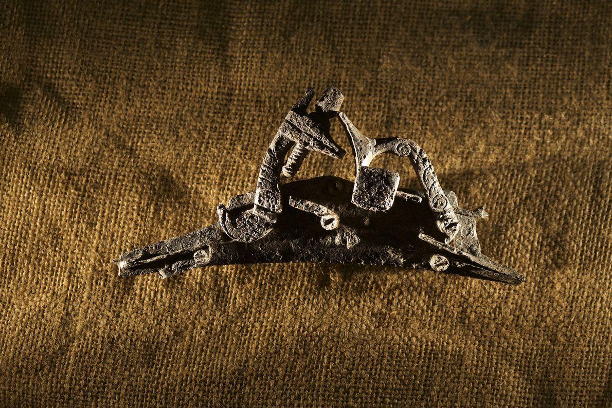 Peças de uma arma estavam entre os artefatos descobertos em Cape Creek durante escavações de um ...