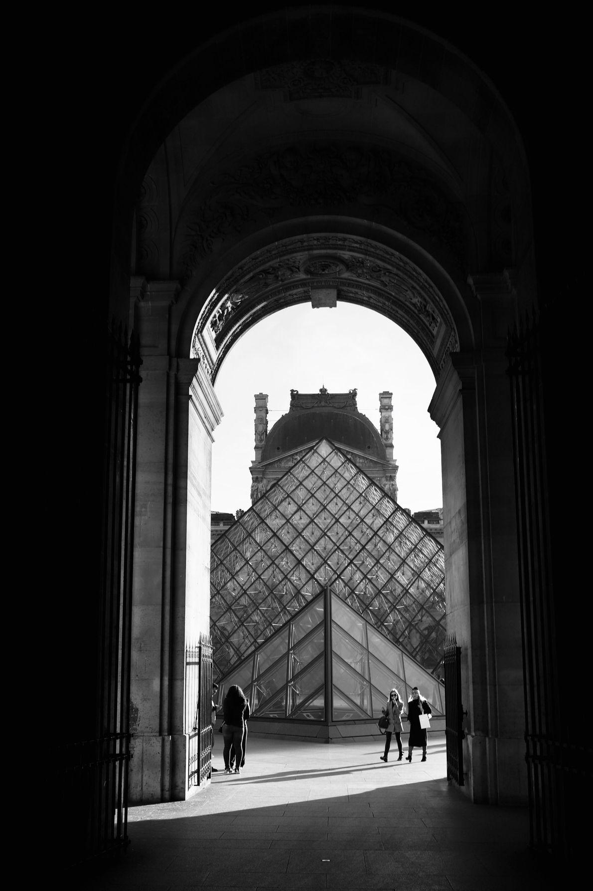 Em 1989, a pirâmide de vidro e metal com quase 22 metros de altura, projetada pelo ...