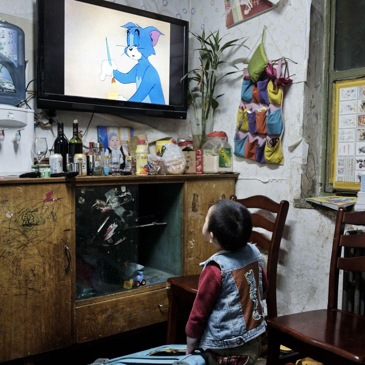 Zé Liu, 3 anos, vive neste abrigo atômico com seu pai, que transformou parte do abrigo ...