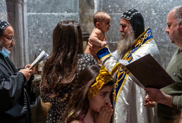 Sanvilla Maryam Luai, de seis meses, de Karemlesh, é batizada no mosteiro ortodoxo sírio Mar Matta, ...