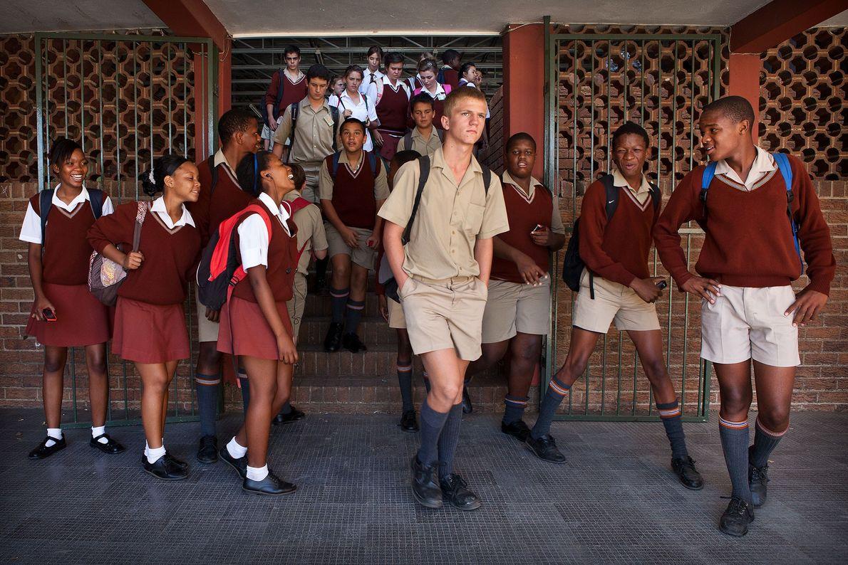 Alunos da Tom Naudé High School em Polokwane se encaminham de uma aula para outra quando ...