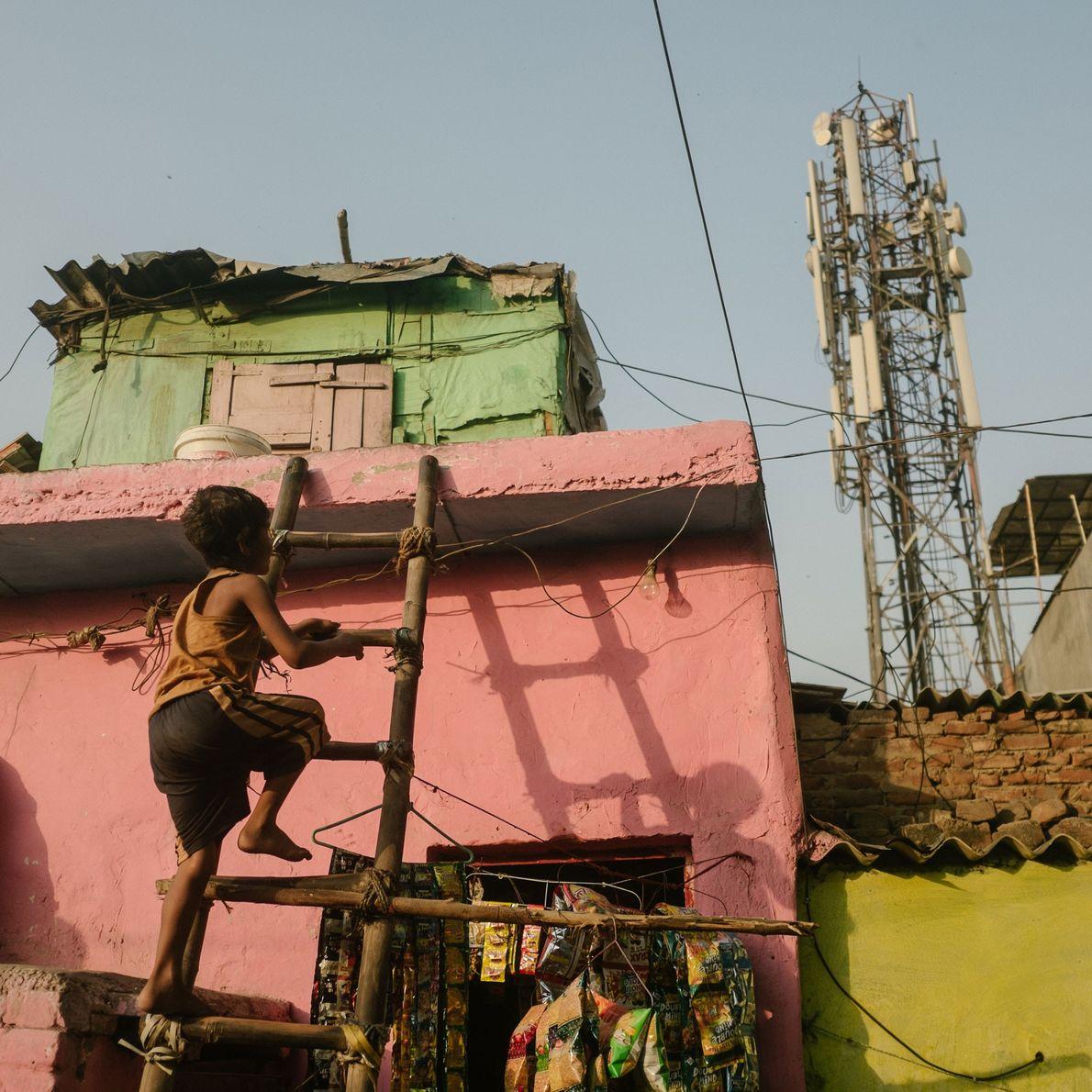 menino sobe em sua casa em Deli