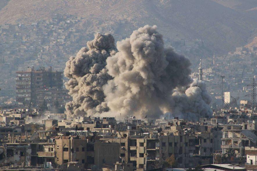 Fumaça após um ataque aéreo russo em Ghouta Oriental, região controlada pela oposição síria.