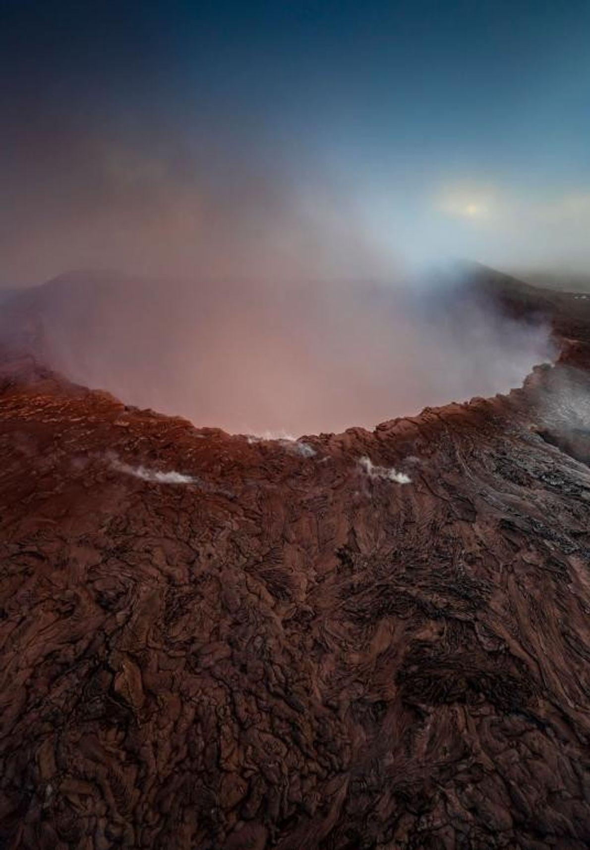 A lava costumava borbulhar sob o terreno da cratera de Pu'u O'o. Mas, em abril deste ...
