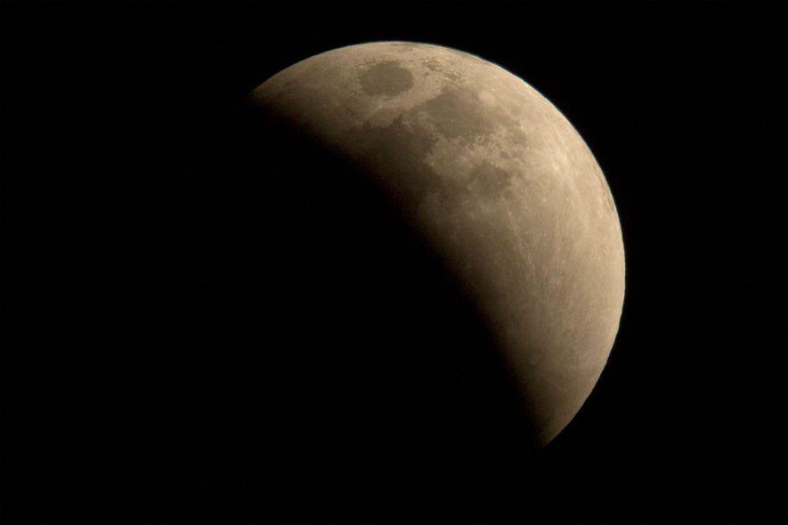 A lua passa pela sombra da Terra durante um eclipse lunar visto em Pequim, na China.