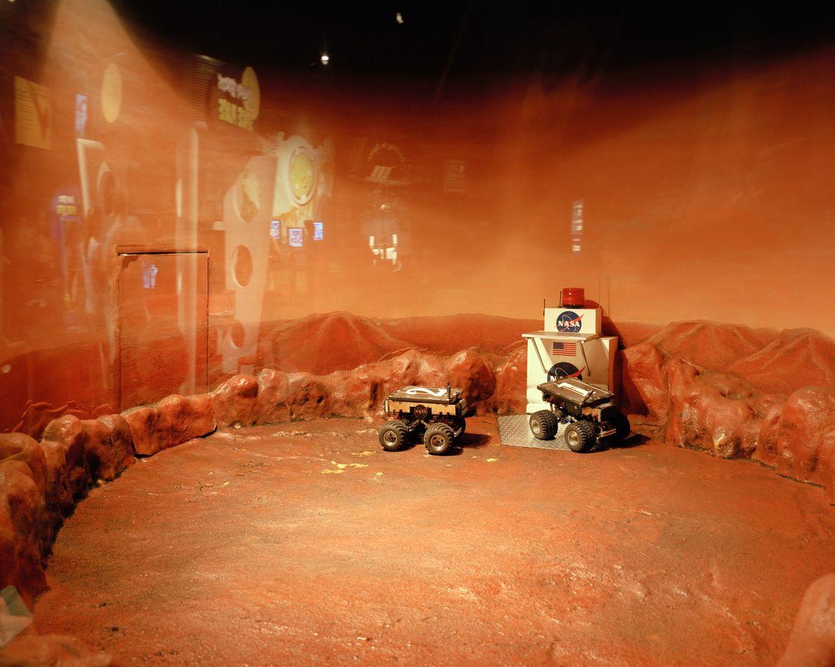 Crianças podem controlar remotamente os rovers no museu dentro do Centro Espacial Lyndon Johnson, no Texas.