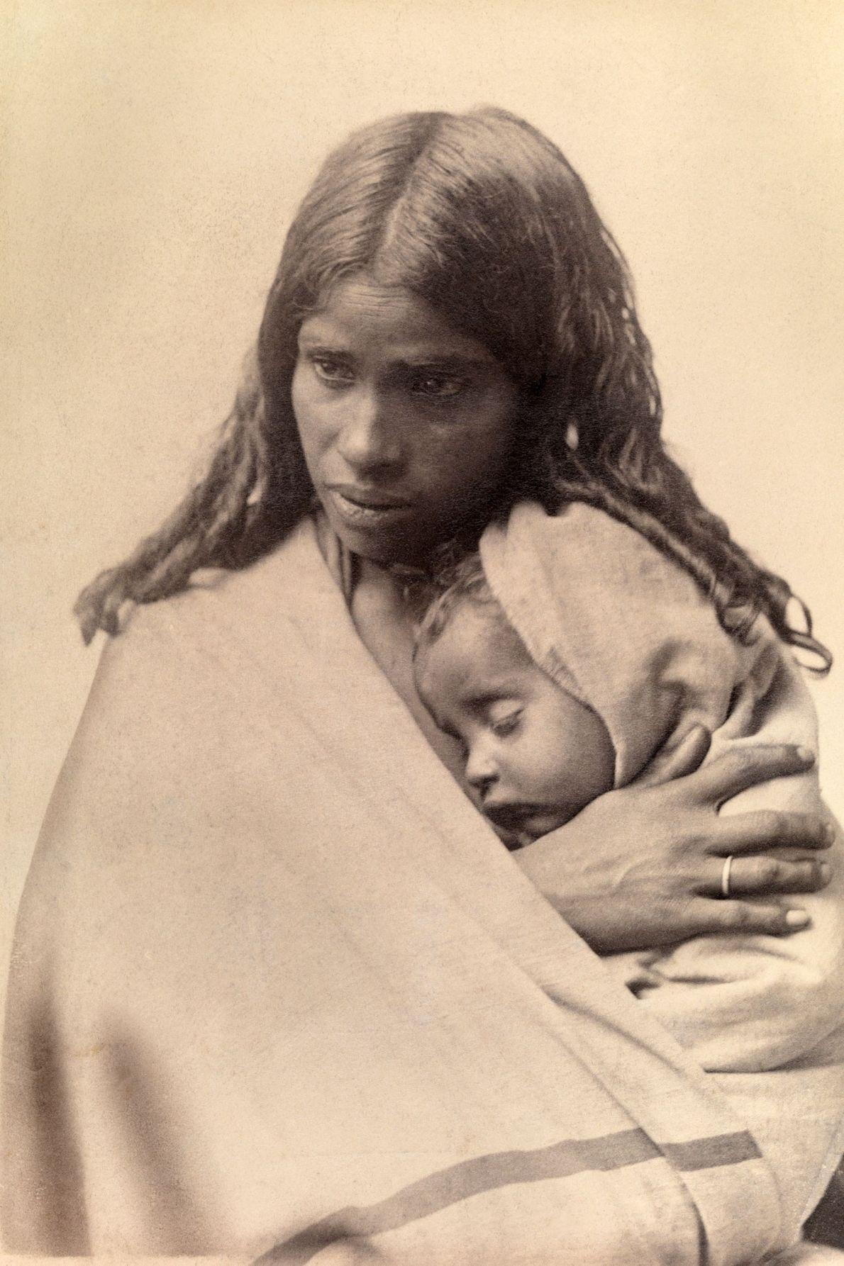 Uma criança Toda dorme no abraço de sua mãe em Nilgiri Hill, perto de Madras, Índia.