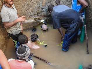 Mergulhadores se preparam para entrar na tumba submersa do faraó Nastasen, em janeiro de 2019.