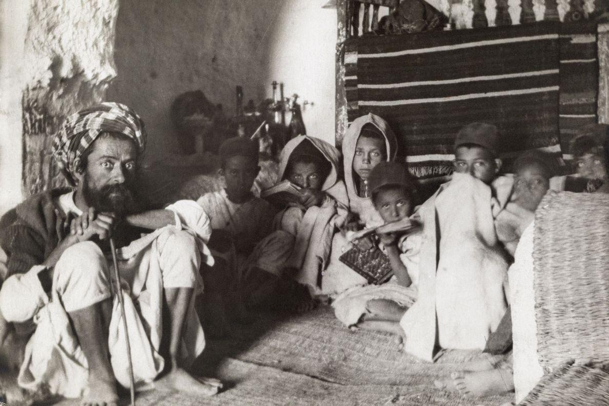 Crianças judias estudam em uma escola subterrânea em Matmata.