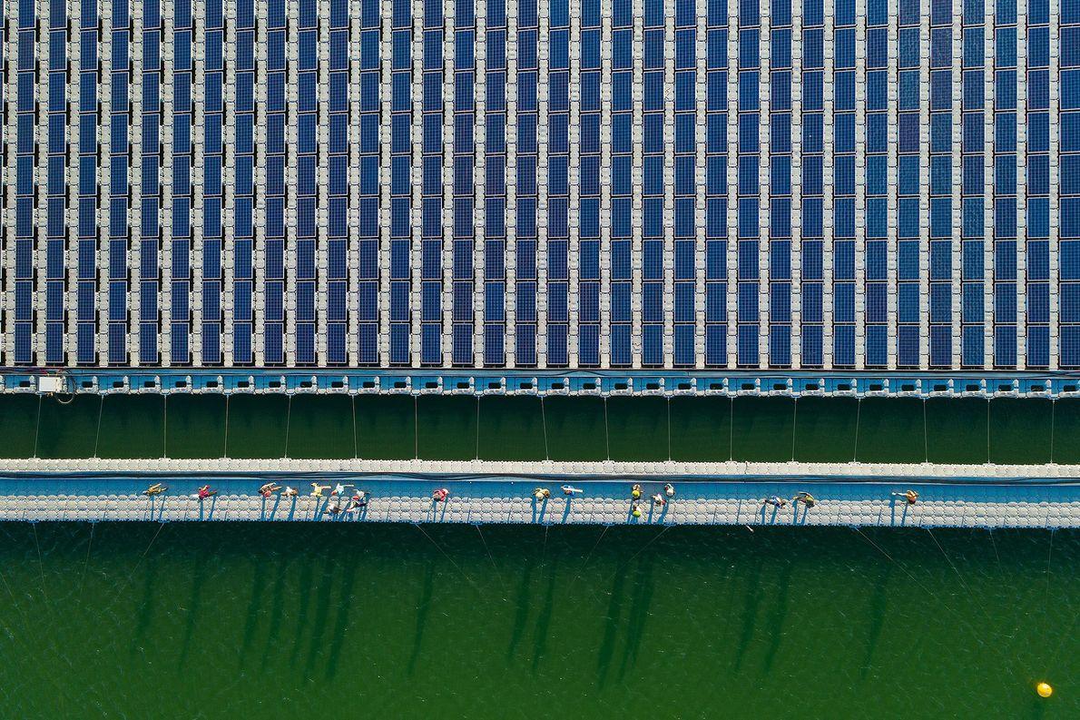 Trabalhadores da construção civil encerram um dia de trabalho em uma usina de energia solar no ...