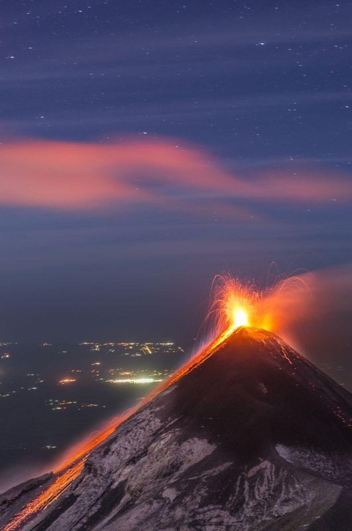 Um dos vulcões mais ativos do mundo, Fuego, do pico do vulcão Acatenango.