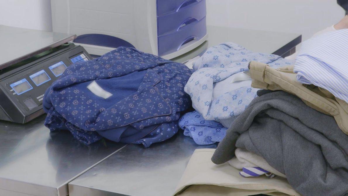 Na bagagem dele, há apenas roupas e pijamas. Mas eles parecem molhados...