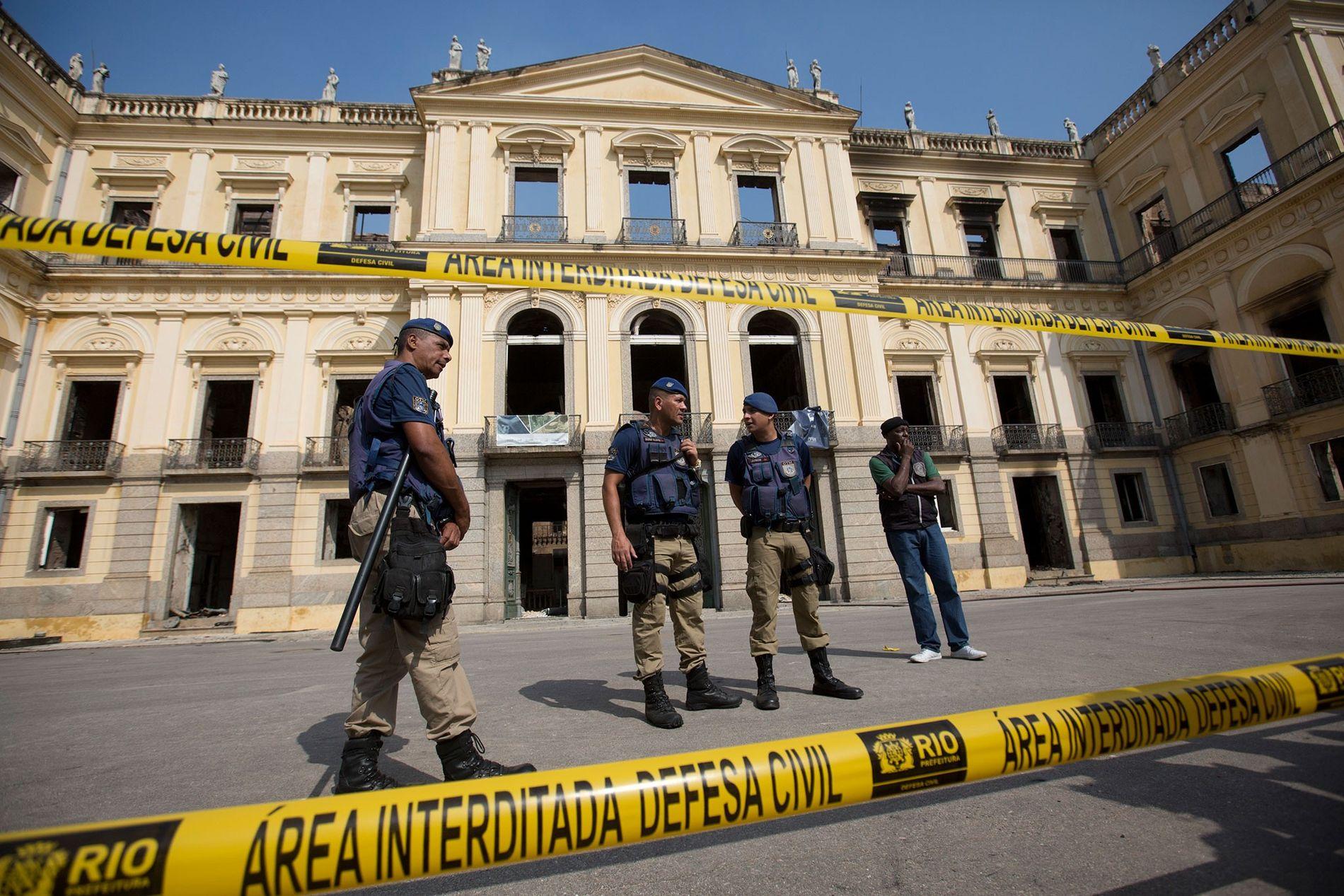 Guardas municipais protegem a entrada do Museu Nacional em 3 de setembro.