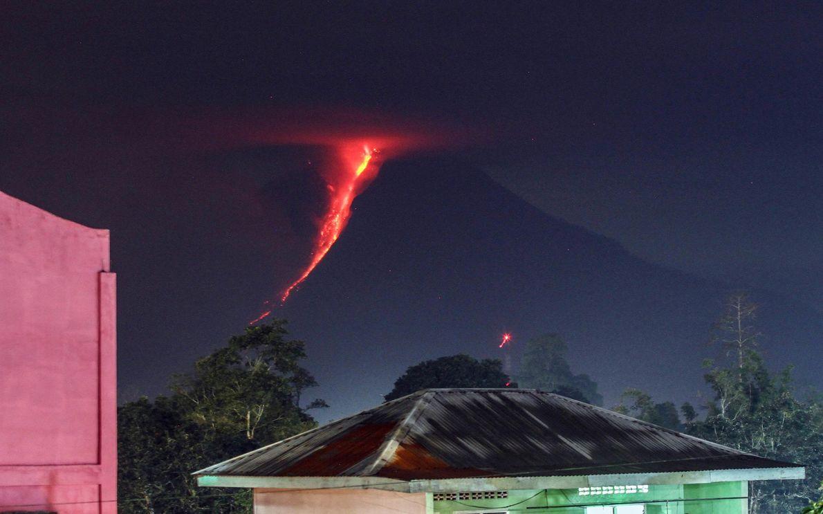 A lava flui pelos flancos do Monte Sinabung nesta imagem de 2018 em Karo, Sumatra do ...