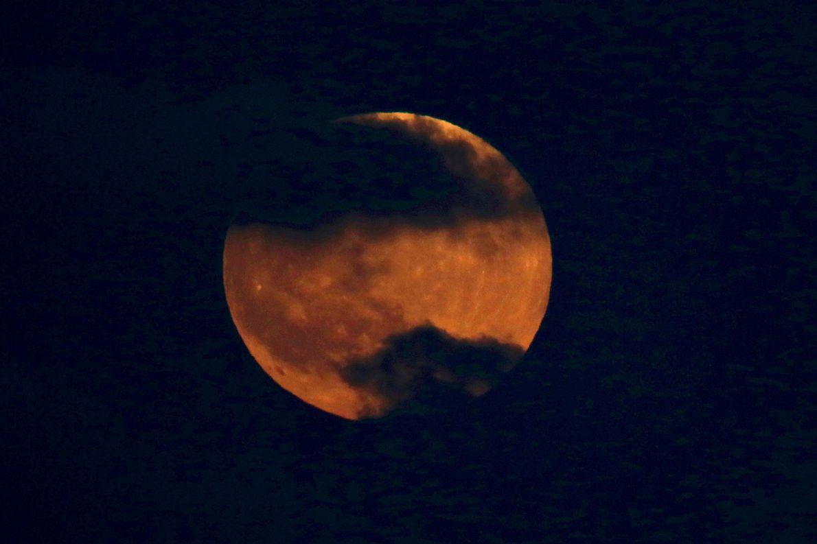 A Lua de Sangue aparece sobre Tel Aviv, em Israel, em 27 de julho.