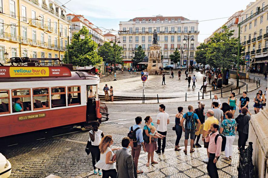 A Praça Luís de Camões, que leva o nome do grande poeta português, é um famoso ...