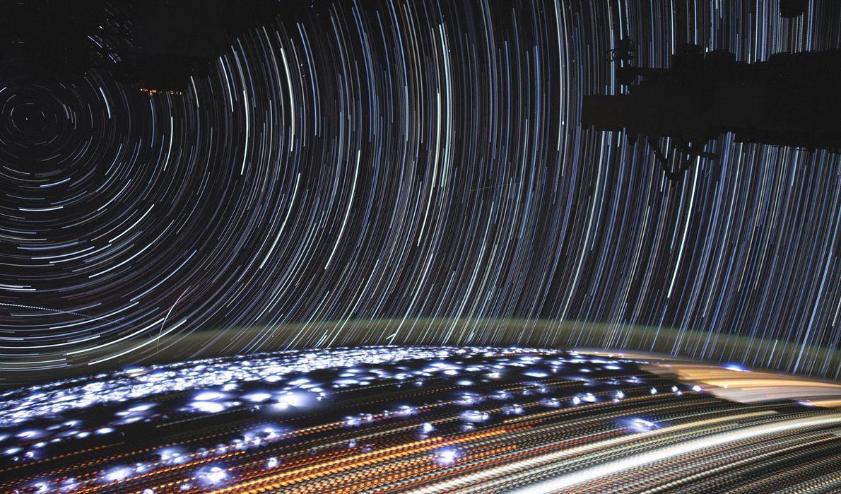 Christina Koch, astronauta da Nasa, compilou esta impressionante imagem de longa exposição da Terra com estrelas ...