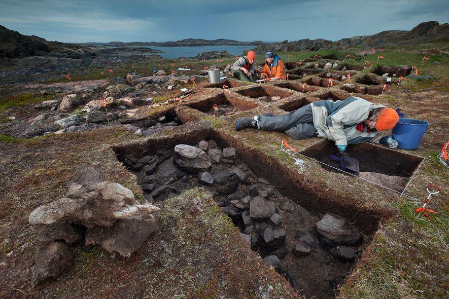A arqueóloga Patricia Sutherland (casaco laranja) e seus colegas escavam no Vale Tanfield, na Ilha de ...