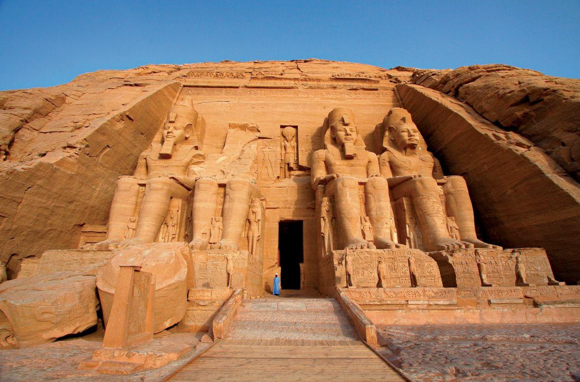Abu Simbel, Egito Estátuas colossais do faraó egípcio Ramsés II guardam a entrada do templo principal de ...