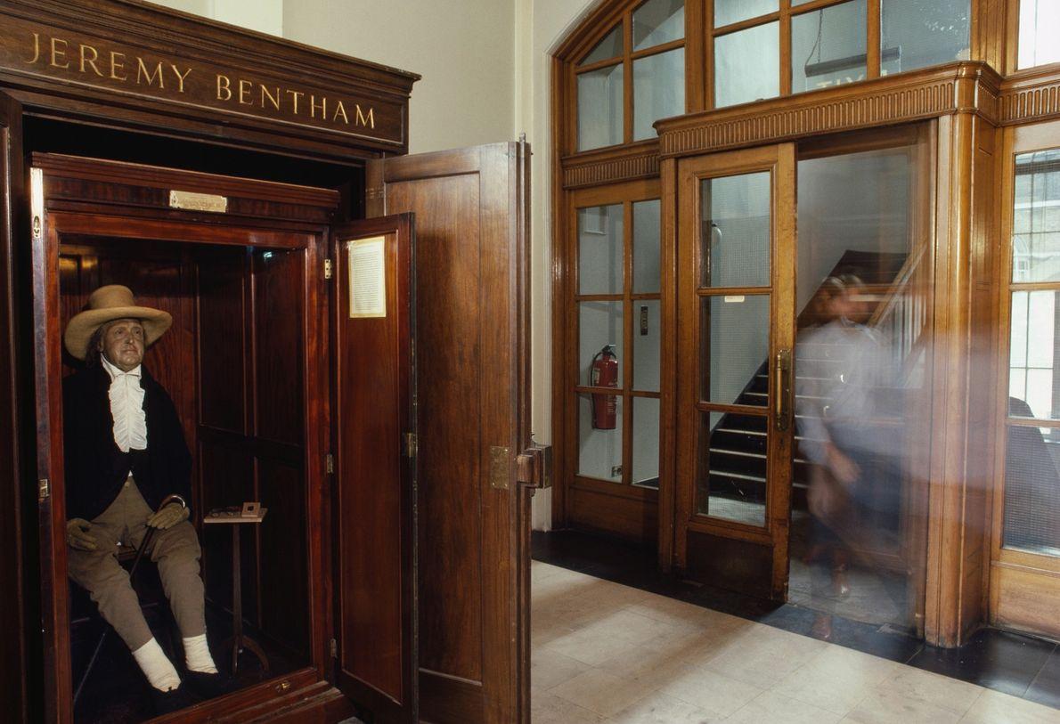 O corpo vestido de Jeremy Bentham, coberto de feno e com uma cabeça de cera, em …