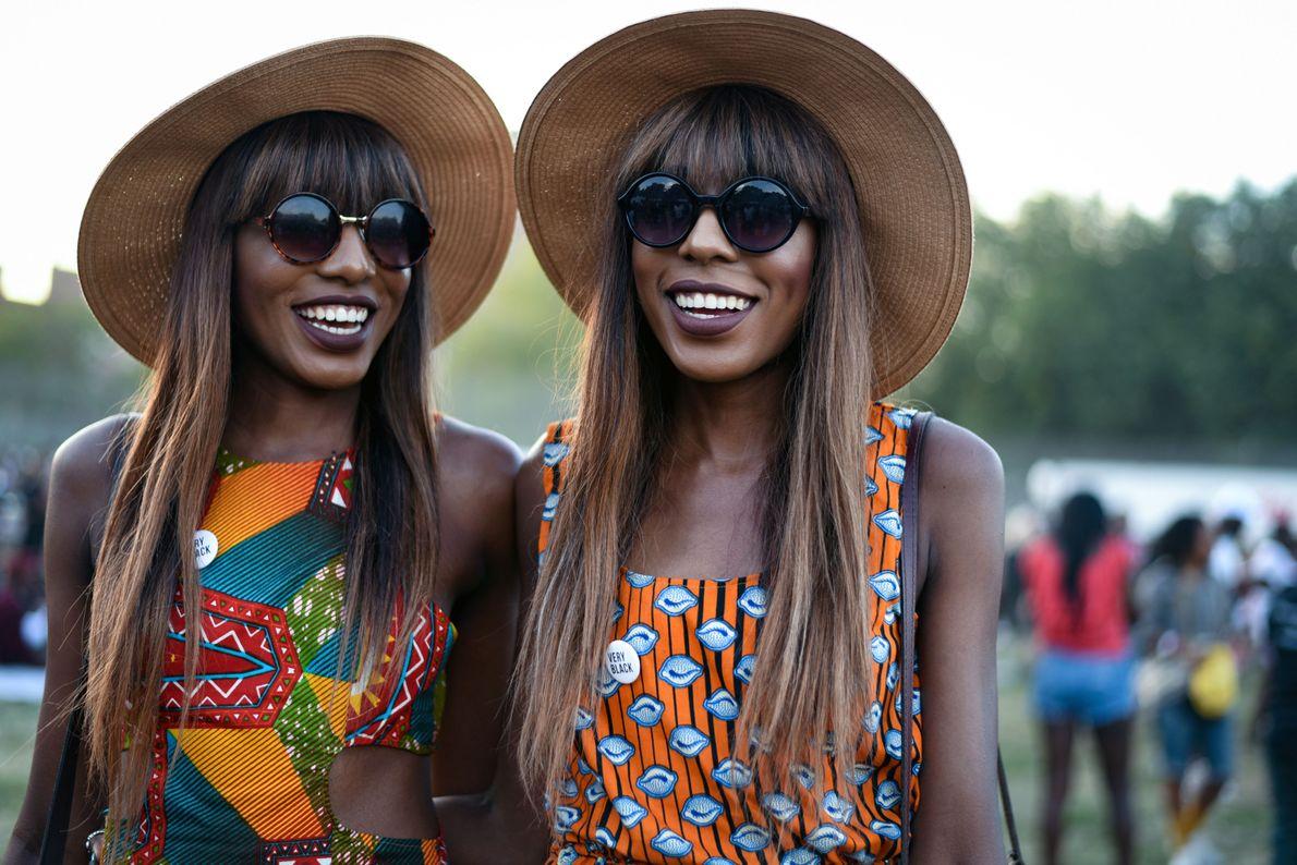 As Gêmeas Chatelle e Danielle Dwomoh-Piper vivem sua alegria, orgulho cultural e autoexpressão em trajes originais ...