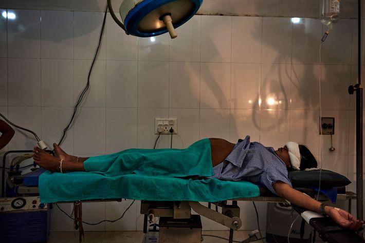 Uma mulher encontra-se em uma sala de parto pouco antes de sua cesariana em um hospital ...