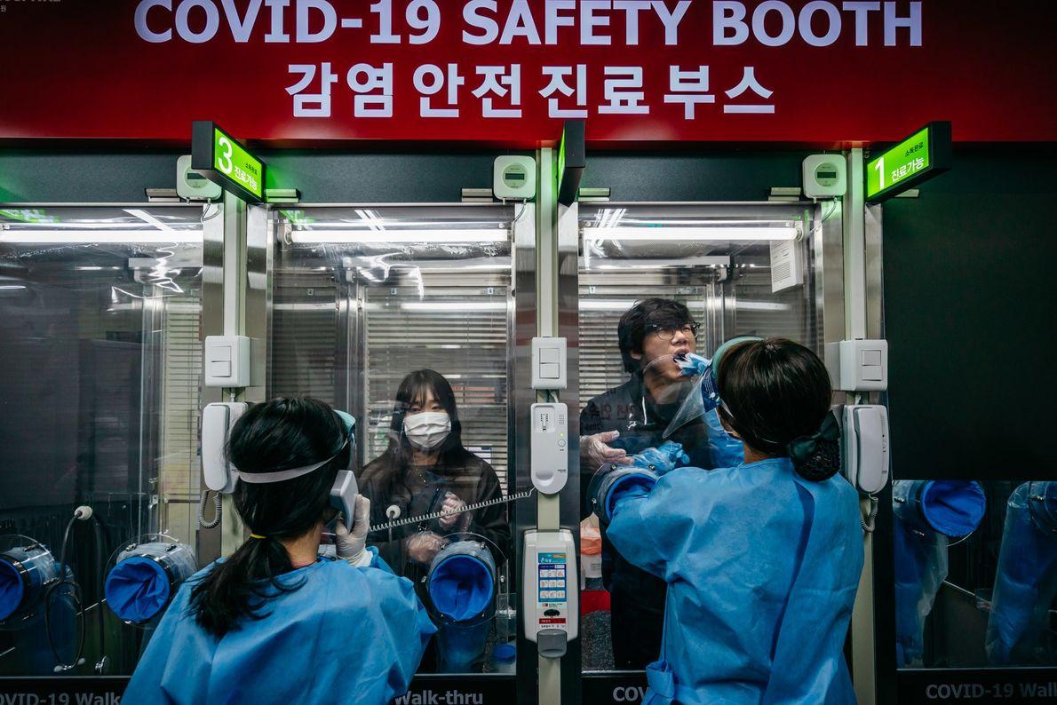 Pacientes ambulatoriais sendo testados para a covid-19 em um hospital particular em Seul, na Coreia do ...