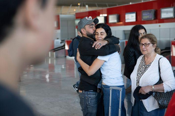 Yael Zeitoun se despede dos familiares no aeroporto Charles de Gaulle, em Paris, antes de se ...
