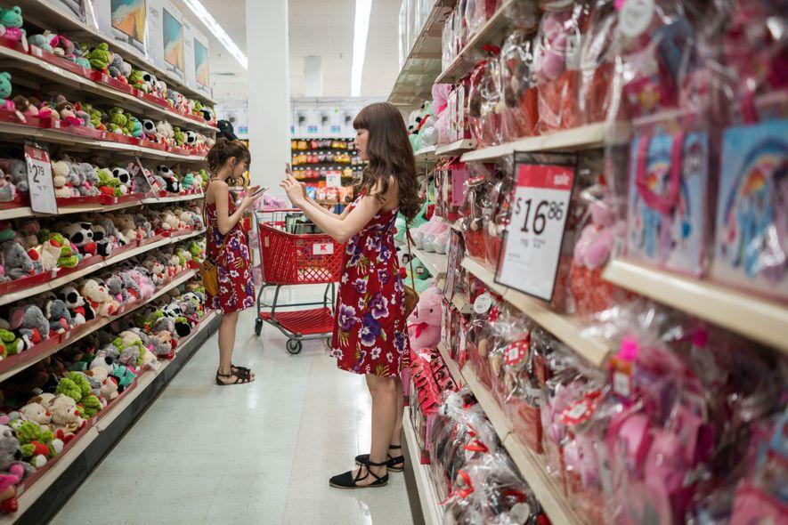 Turistas visitam o Kmart (mais de 9,2 mil metros quadrados) com câmeras em punho, posando com ...