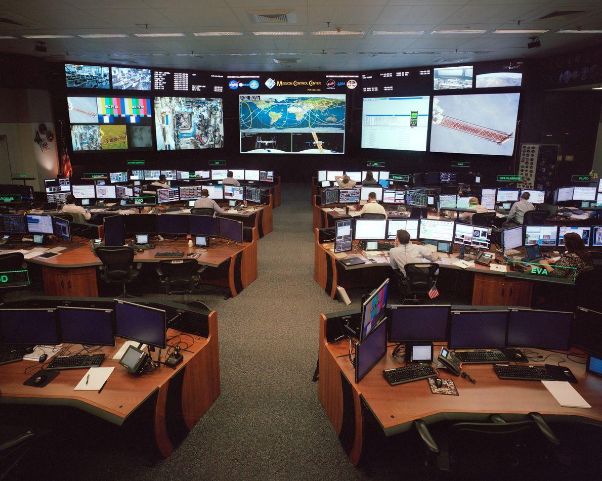 O Centro de Comando no Centro Espacial Lyndon Johnson monitora a Estação Espacial Internacional.