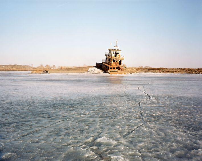 Uma balsa no rio Bai em Fularji foi transformada em um restaurante após cair em desuso, ...