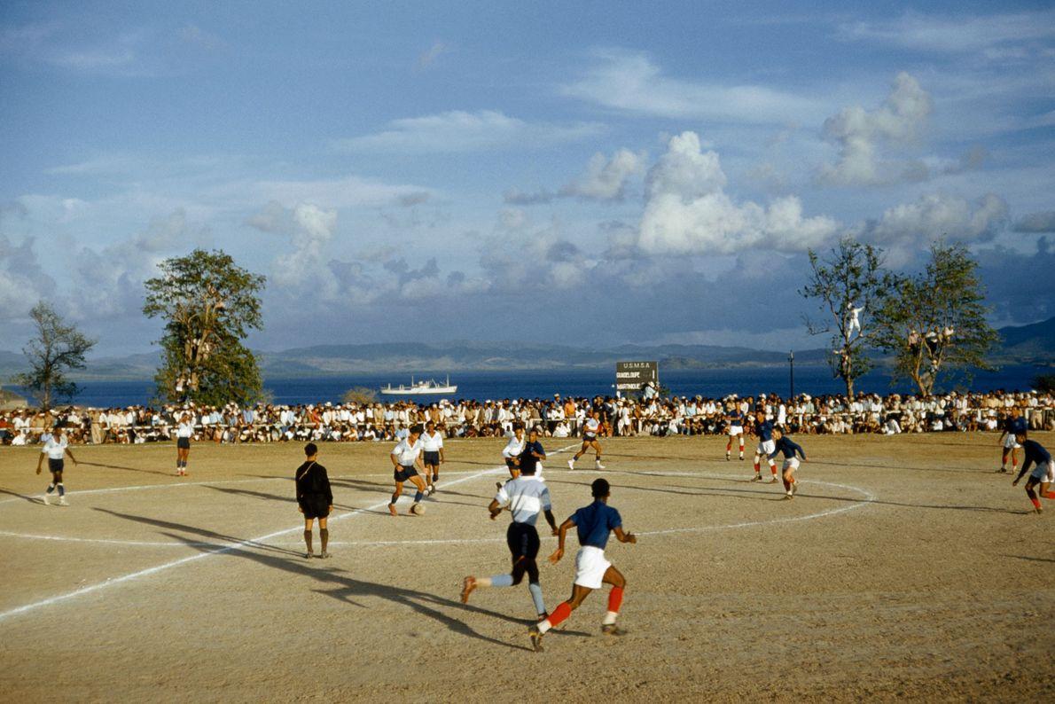 Em 1959, times de futebol rivais de Martinique e Guadalupe jogam uma partida no Fort de ...