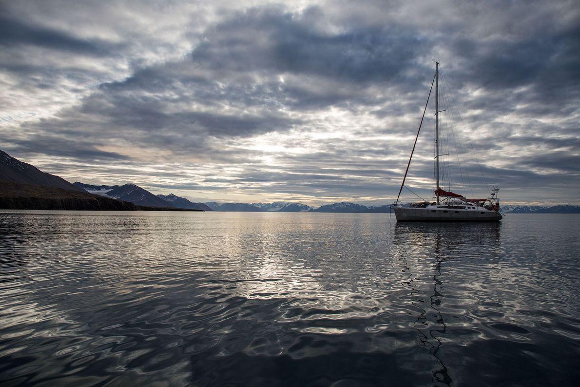 O veleiro ancorado em um dia calmo no arquipélago de Svalbard.