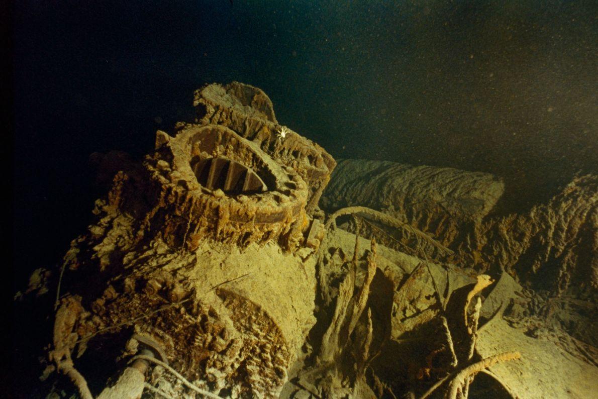 Armações das válvulas de bronze da área do motor do Titanic descansam no fundo do mar.