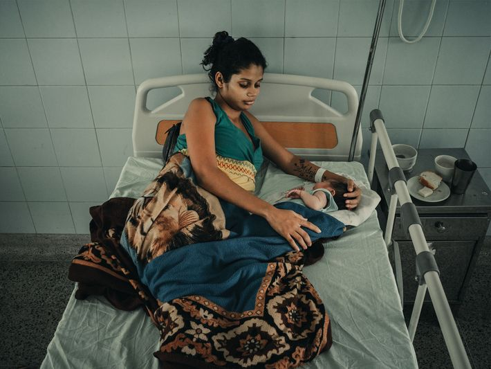 Maria Castillo cruzou a fronteira em Cúcuta, na Colômbia, três dias antes de dar à luz ...
